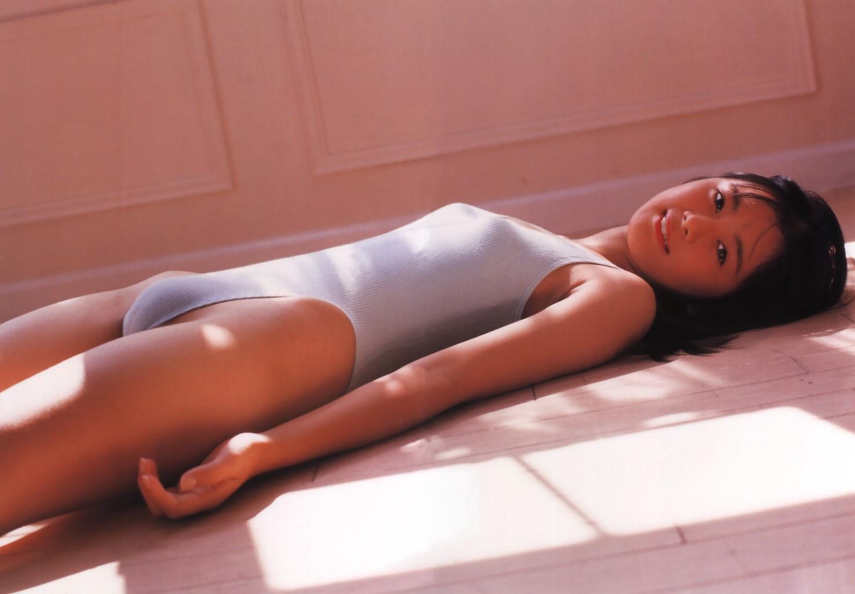 【女の股間フェチ】水着を着た女子の股間の盛り&スジっぷりはとても危険と思い知る画像 20