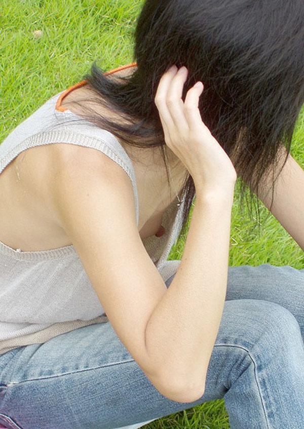 【胸チラ画像】暖かくなってきたからユルい胸元の奥さんも増えて乳首もタダ見放題www 11