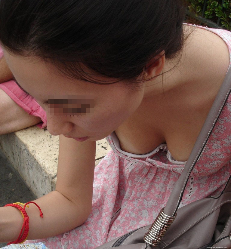 【胸チラ画像】暖かくなってきたからユルい胸元の奥さんも増えて乳首もタダ見放題www 16