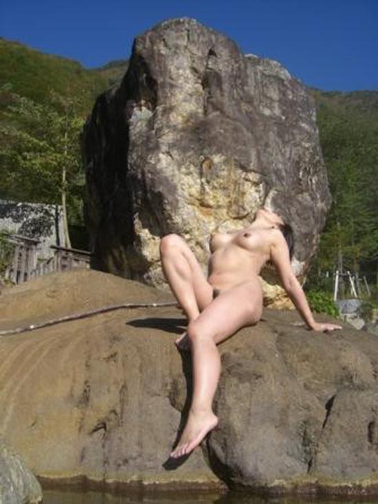 【素人露天風呂】温泉で調子にのってヌードモデルの真似して撮られる嫁たちwww 04