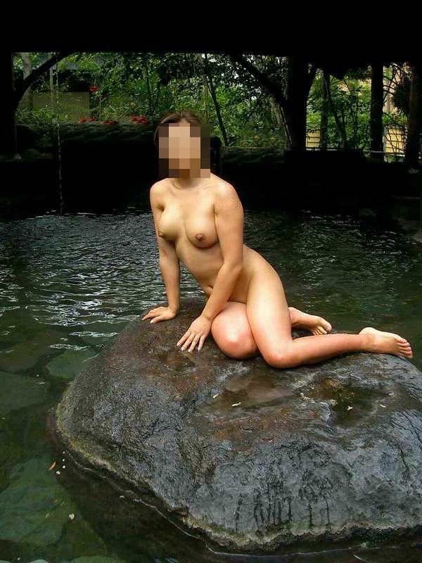 【素人露天風呂】温泉で調子にのってヌードモデルの真似して撮られる嫁たちwww 18