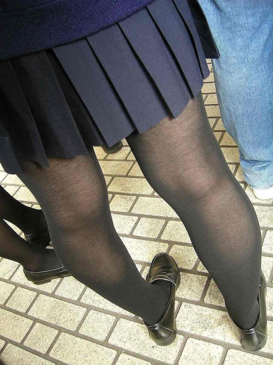 【街撮りJK画像】黒タイツ履いたお嬢様っぽいJKたちの美脚に見とれる画像 01