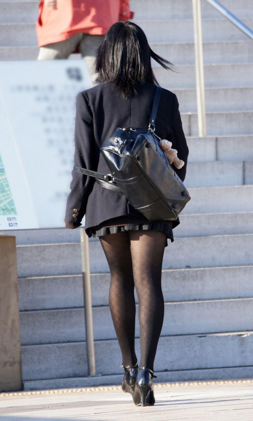 【街撮りJK画像】黒タイツ履いたお嬢様っぽいJKたちの美脚に見とれる画像 02