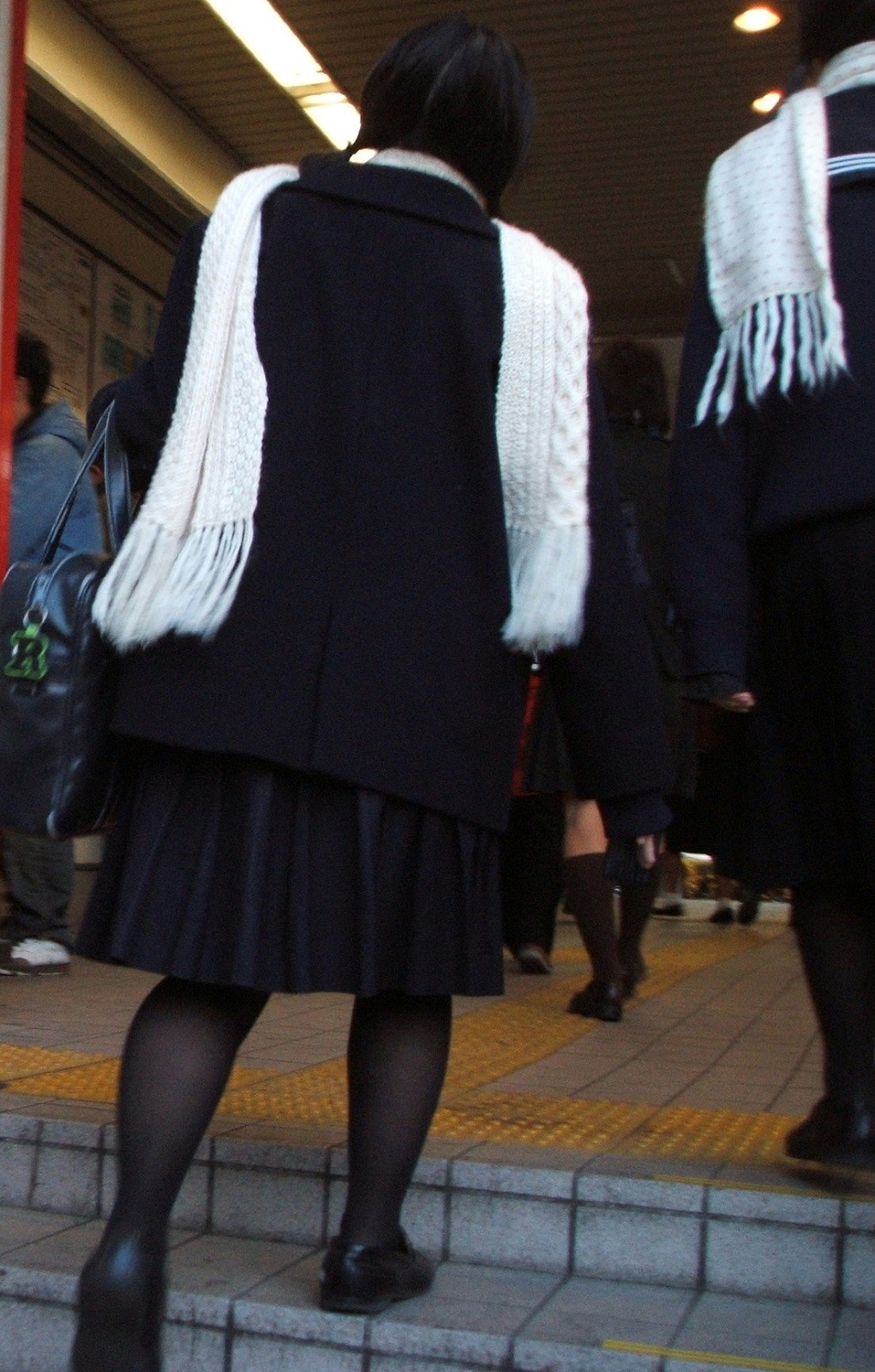 【街撮りJK画像】黒タイツ履いたお嬢様っぽいJKたちの美脚に見とれる画像 05