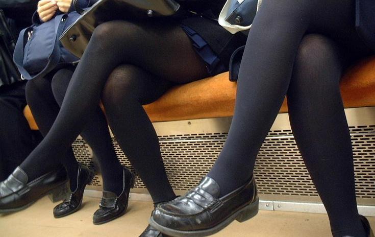 【街撮りJK画像】黒タイツ履いたお嬢様っぽいJKたちの美脚に見とれる画像 06