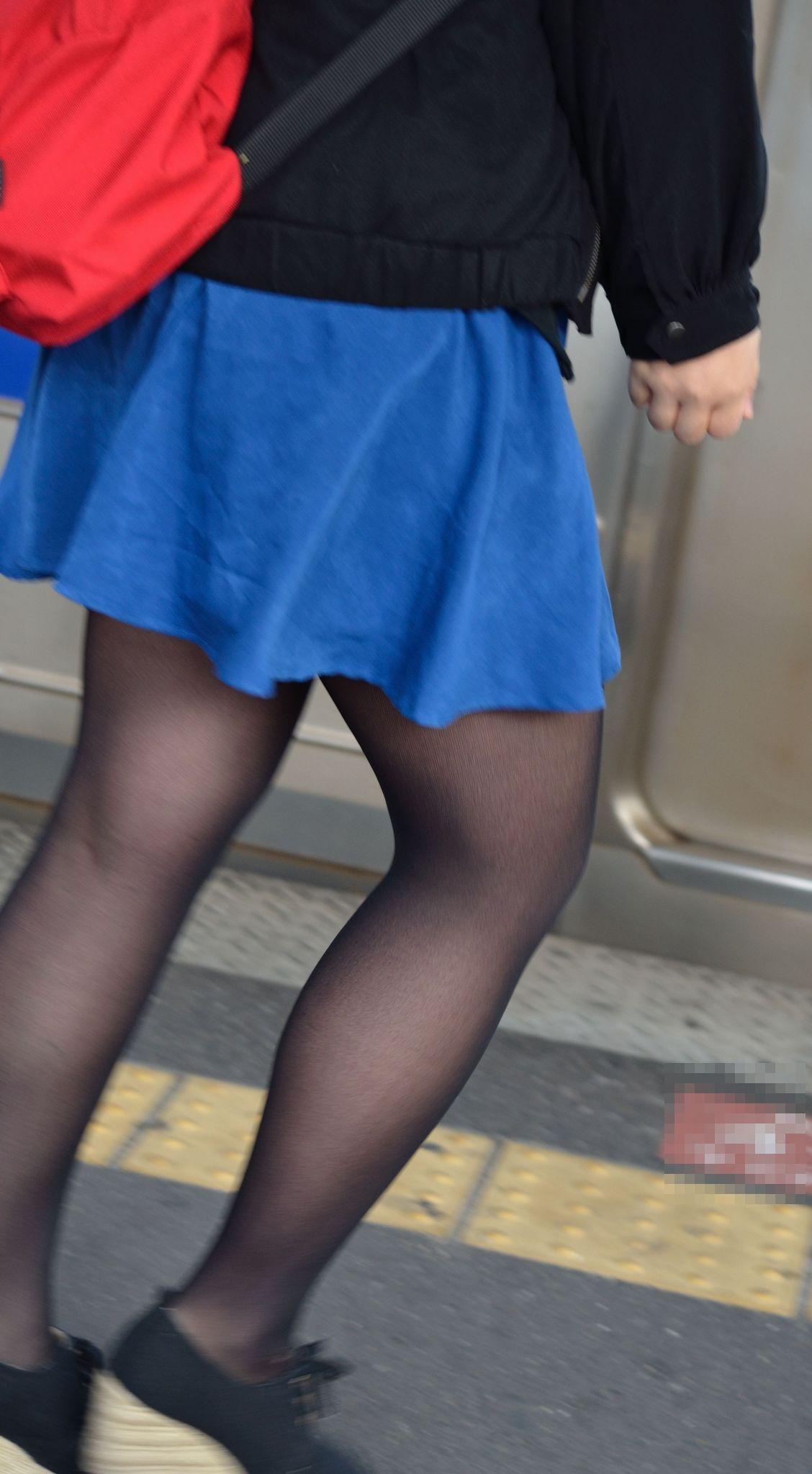 【街撮りJK画像】黒タイツ履いたお嬢様っぽいJKたちの美脚に見とれる画像 08