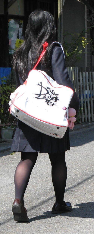 【街撮りJK画像】黒タイツ履いたお嬢様っぽいJKたちの美脚に見とれる画像 09