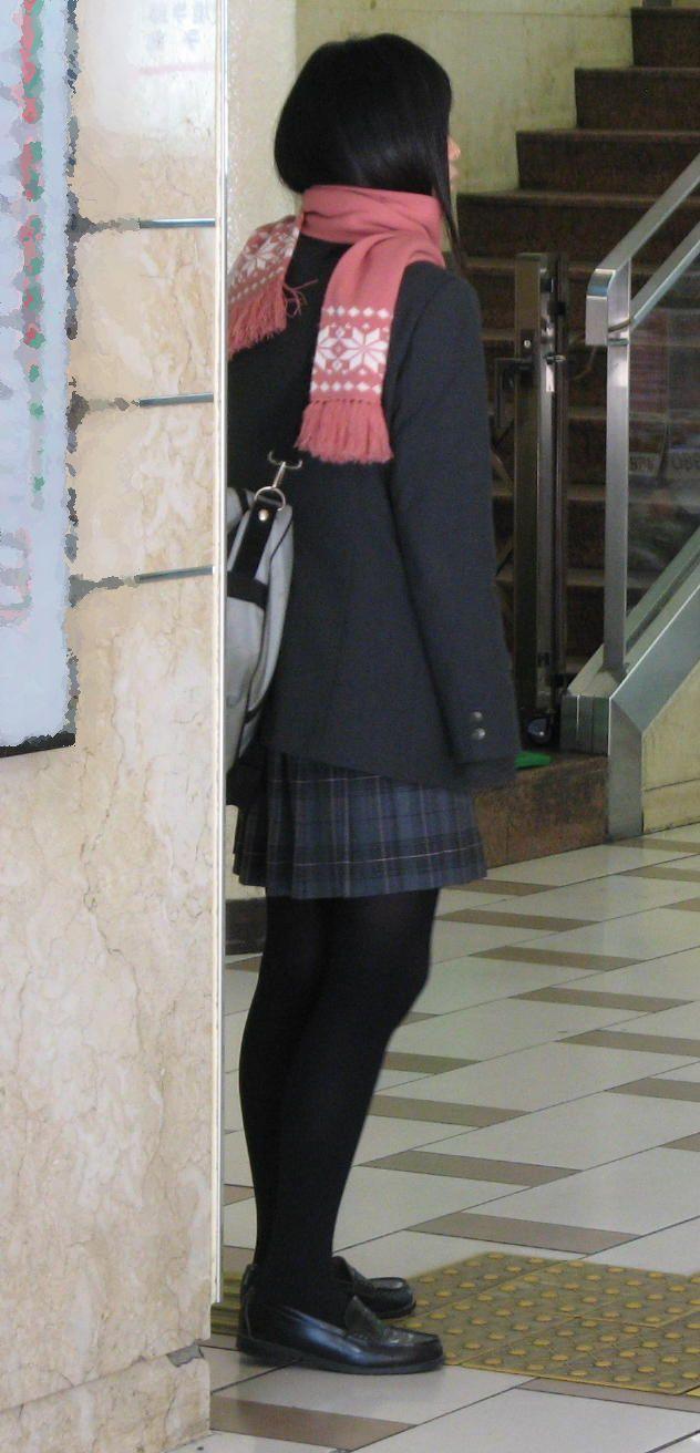【街撮りJK画像】黒タイツ履いたお嬢様っぽいJKたちの美脚に見とれる画像 10