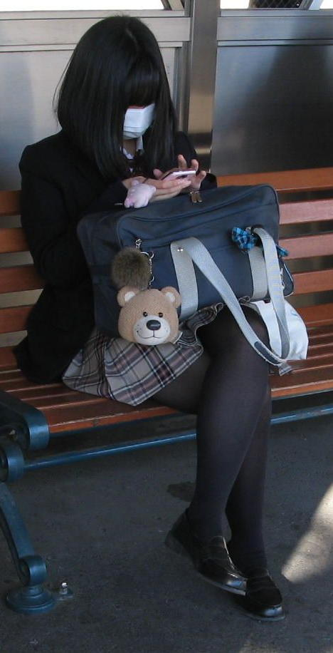 【街撮りJK画像】黒タイツ履いたお嬢様っぽいJKたちの美脚に見とれる画像 11