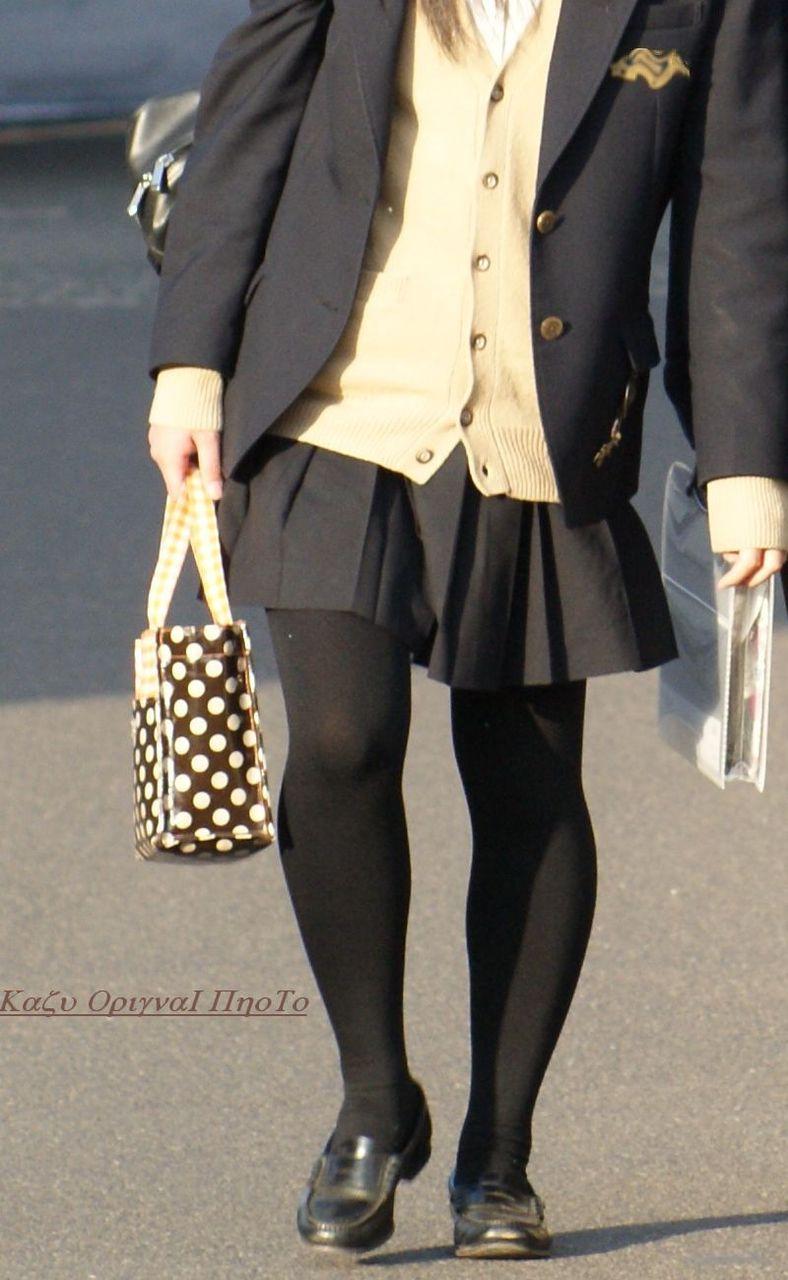 【街撮りJK画像】黒タイツ履いたお嬢様っぽいJKたちの美脚に見とれる画像 15