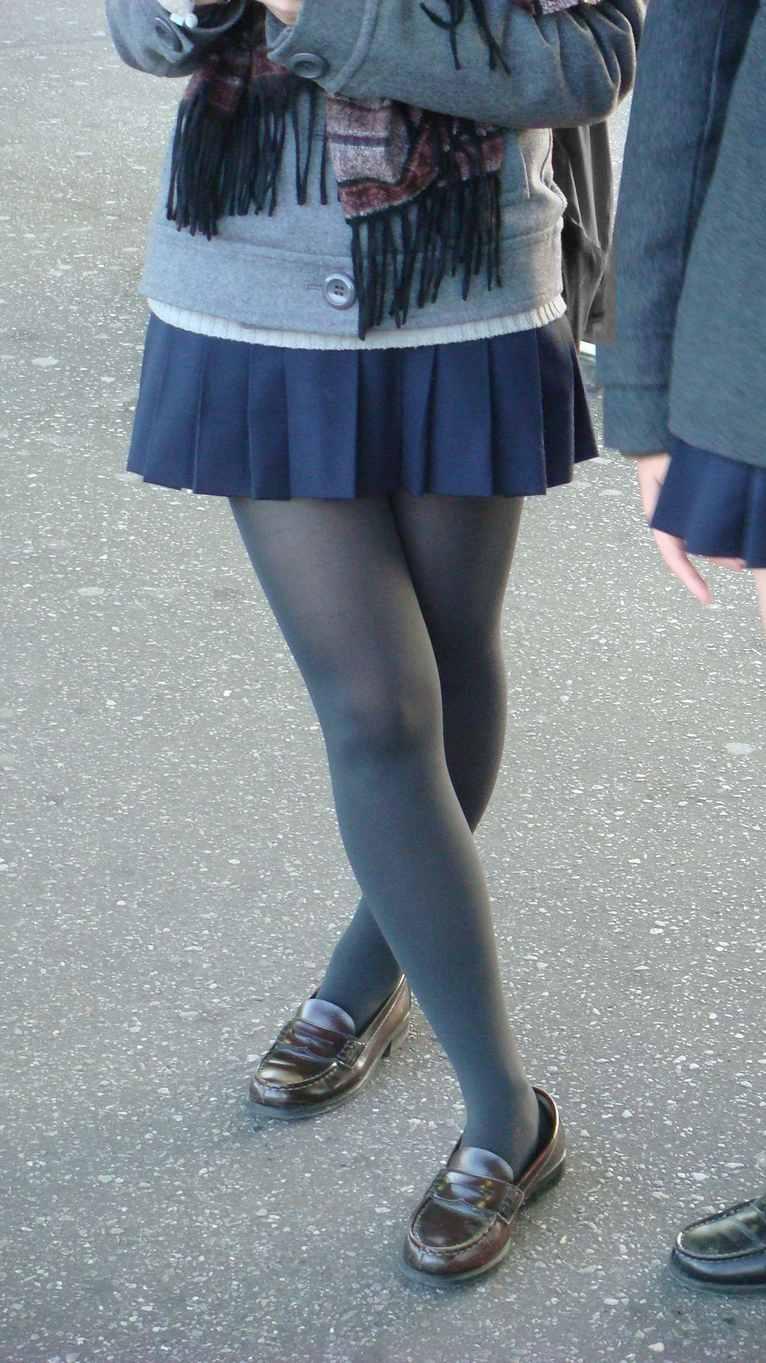 【街撮りJK画像】黒タイツ履いたお嬢様っぽいJKたちの美脚に見とれる画像 16