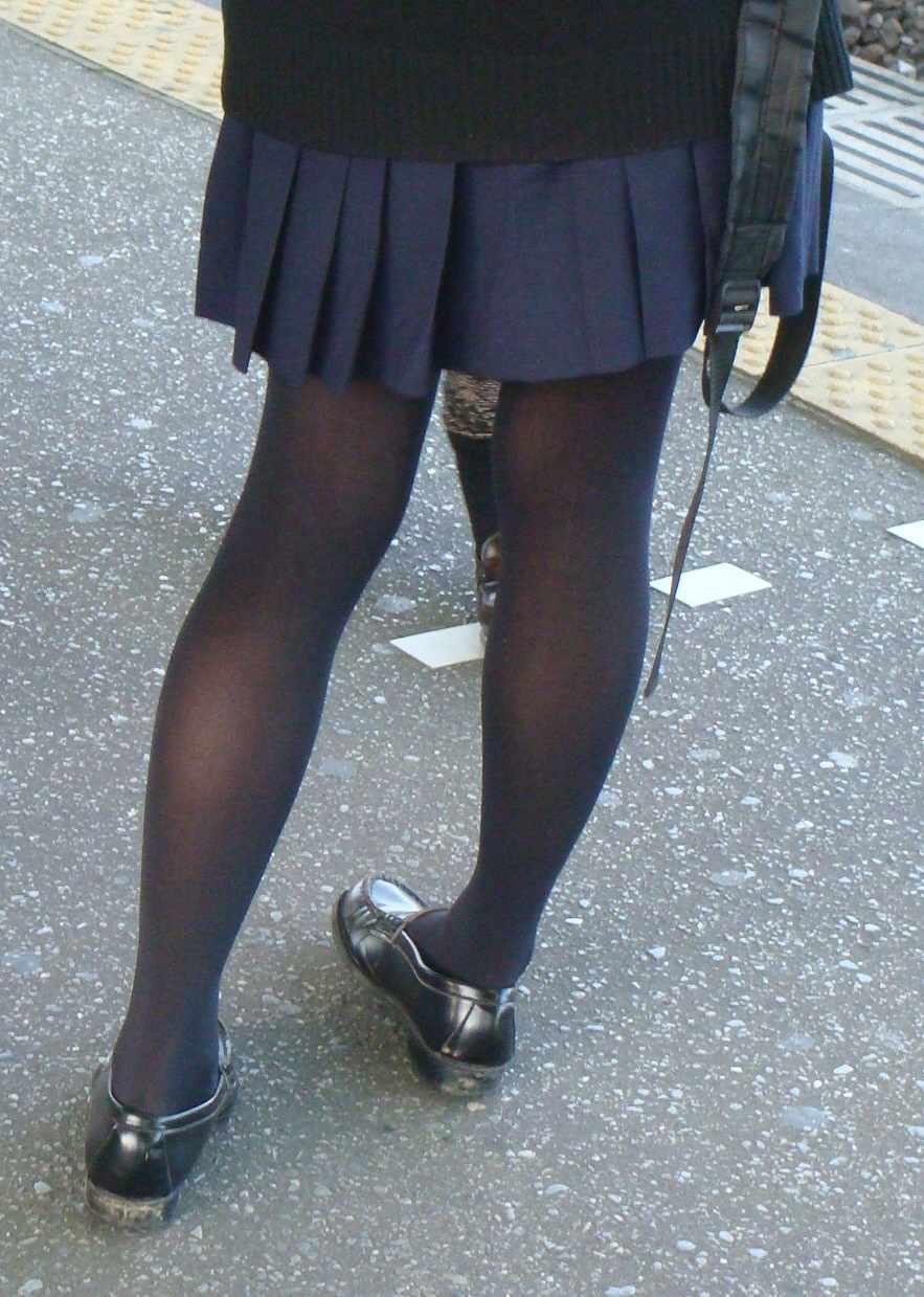 【街撮りJK画像】黒タイツ履いたお嬢様っぽいJKたちの美脚に見とれる画像 17