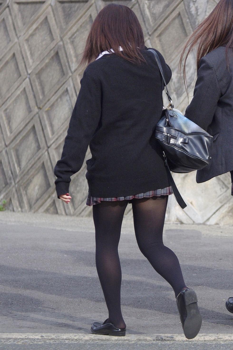 【街撮りJK画像】黒タイツ履いたお嬢様っぽいJKたちの美脚に見とれる画像 20