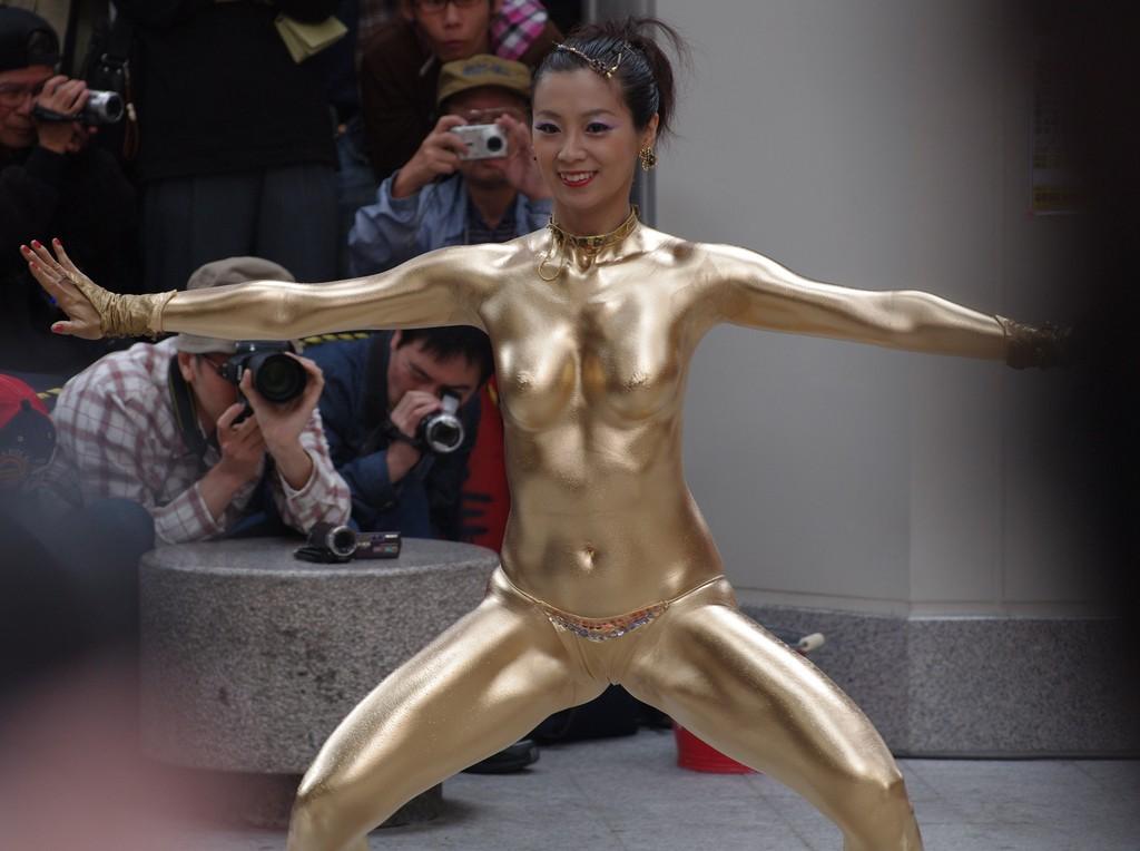 【金粉ショー画像】エロいけど伝統行事www金ぴか裸体で派手に踊る金粉ショー画像 01