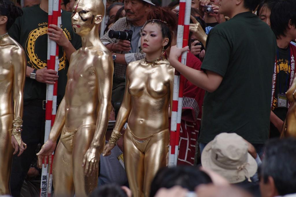 【金粉ショー画像】エロいけど伝統行事www金ぴか裸体で派手に踊る金粉ショー画像 02