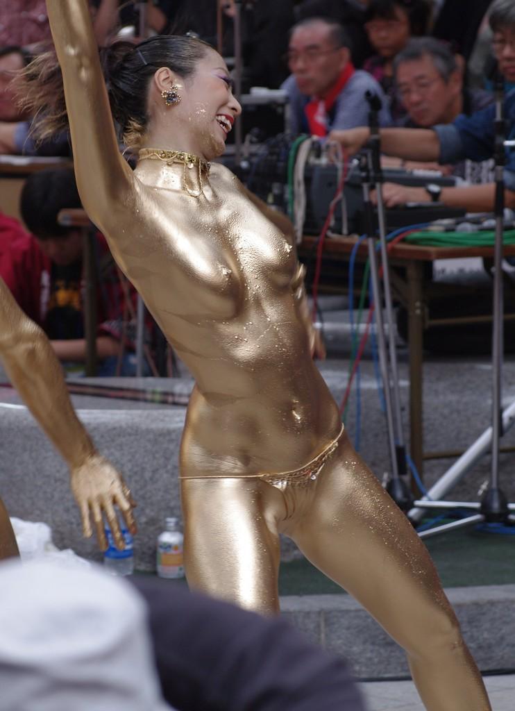 【金粉ショー画像】エロいけど伝統行事www金ぴか裸体で派手に踊る金粉ショー画像 03