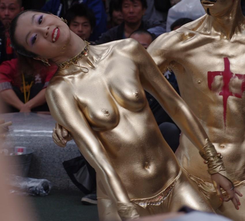 【金粉ショー画像】エロいけど伝統行事www金ぴか裸体で派手に踊る金粉ショー画像 04