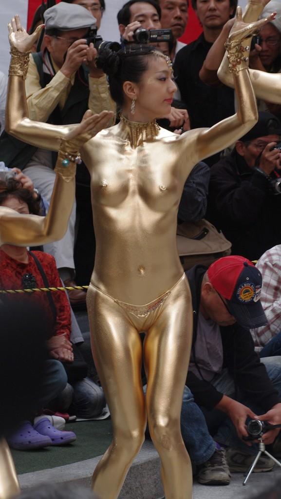 【金粉ショー画像】エロいけど伝統行事www金ぴか裸体で派手に踊る金粉ショー画像 05