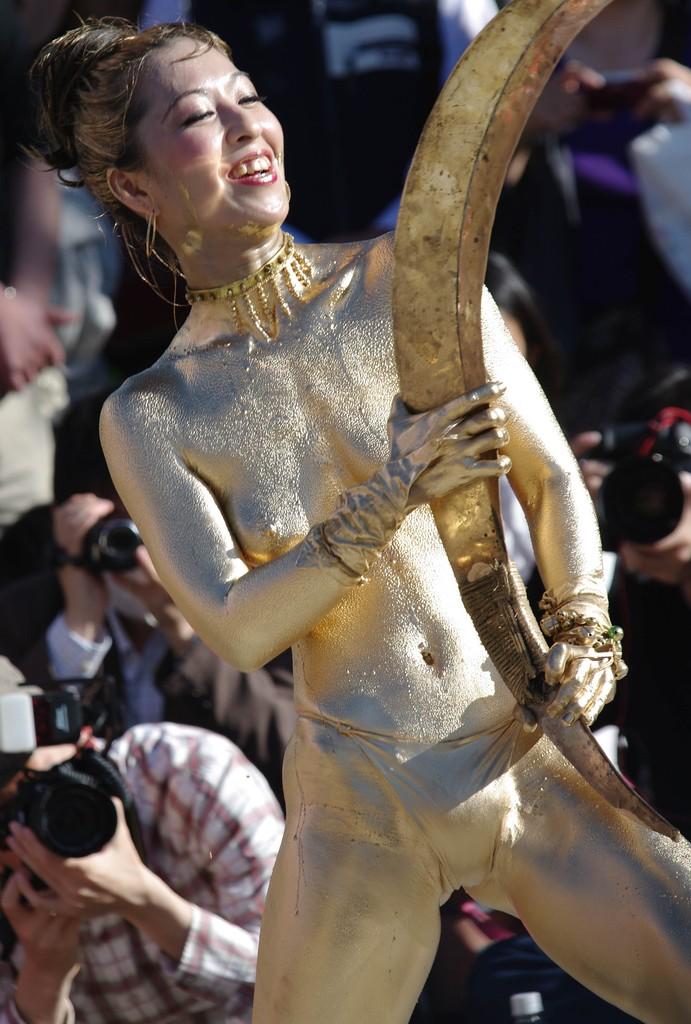 【金粉ショー画像】エロいけど伝統行事www金ぴか裸体で派手に踊る金粉ショー画像 06