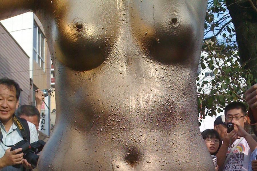 【金粉ショー画像】エロいけど伝統行事www金ぴか裸体で派手に踊る金粉ショー画像 09