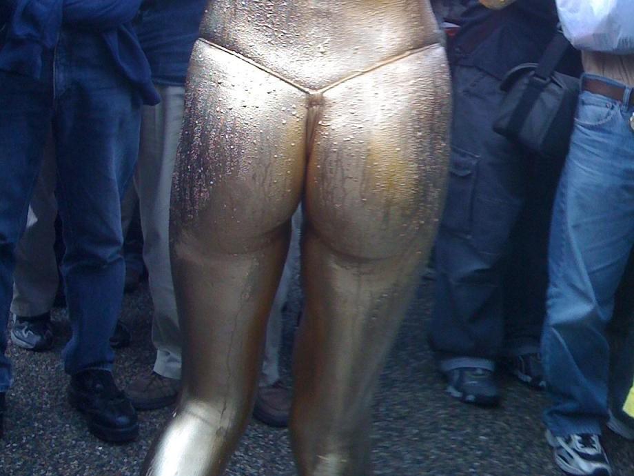 【金粉ショー画像】エロいけど伝統行事www金ぴか裸体で派手に踊る金粉ショー画像 10
