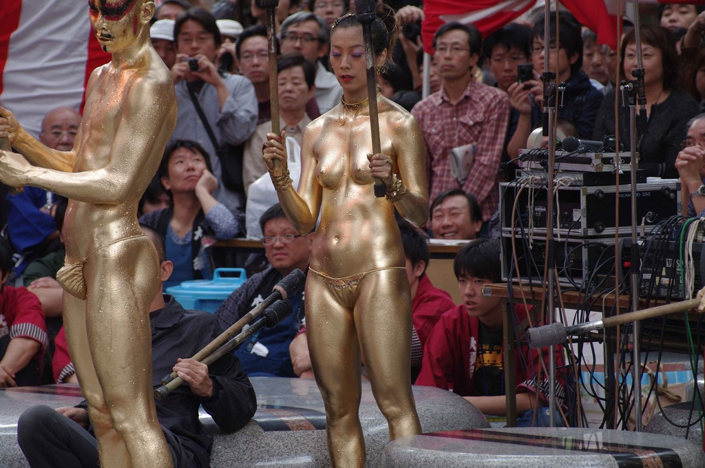 【金粉ショー画像】エロいけど伝統行事www金ぴか裸体で派手に踊る金粉ショー画像 11