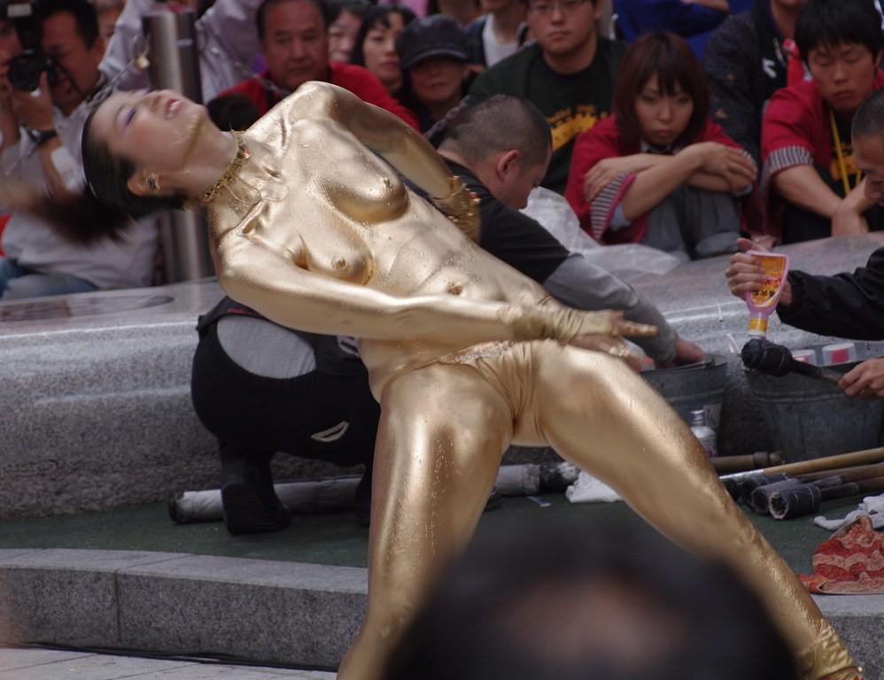 【金粉ショー画像】エロいけど伝統行事www金ぴか裸体で派手に踊る金粉ショー画像 12