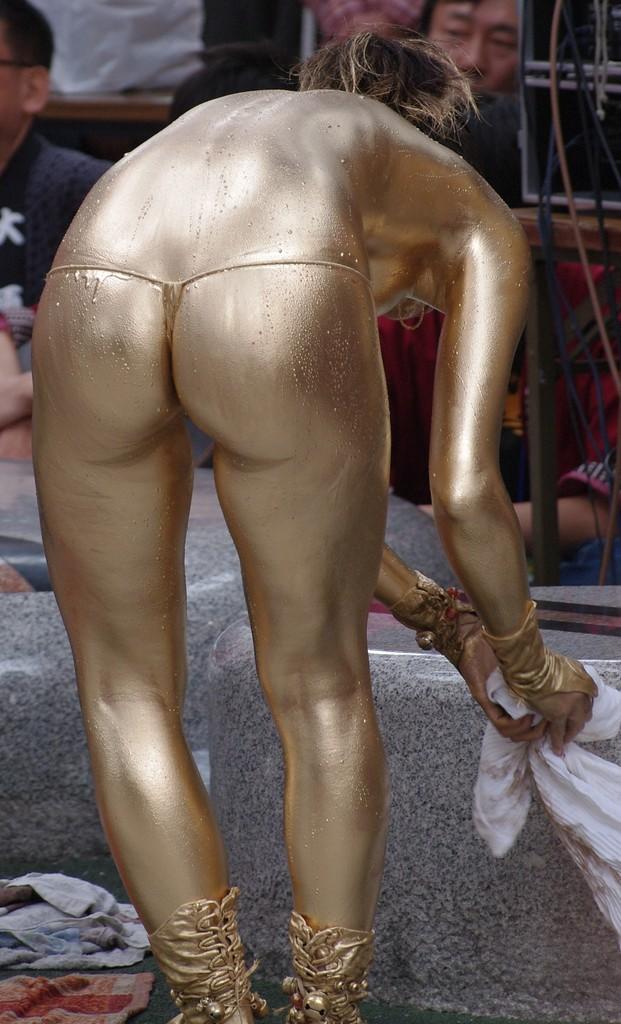 【金粉ショー画像】エロいけど伝統行事www金ぴか裸体で派手に踊る金粉ショー画像 13