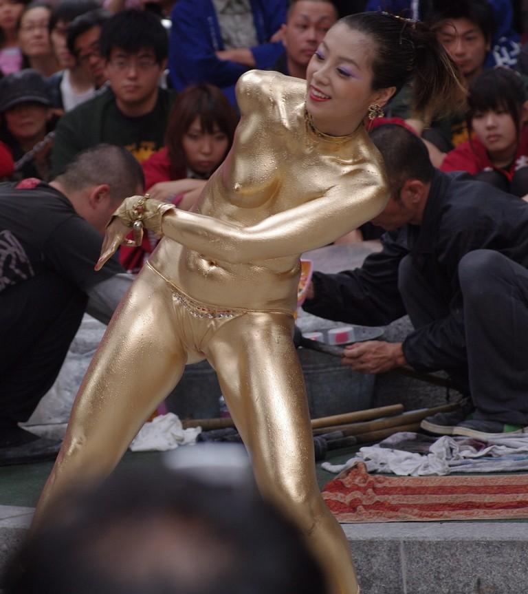【金粉ショー画像】エロいけど伝統行事www金ぴか裸体で派手に踊る金粉ショー画像 17