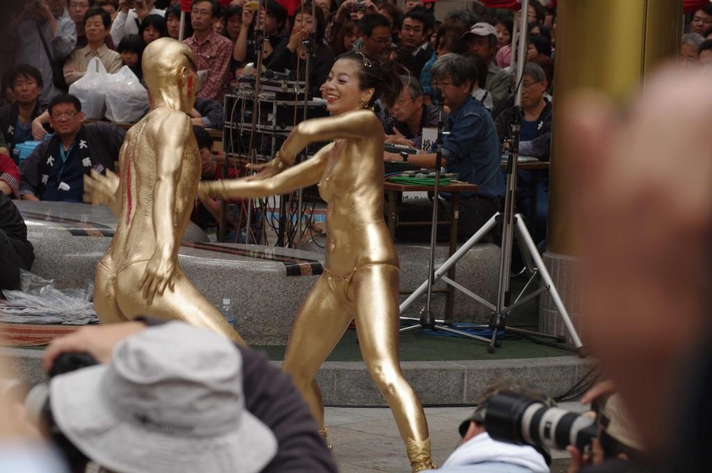 【金粉ショー画像】エロいけど伝統行事www金ぴか裸体で派手に踊る金粉ショー画像 18