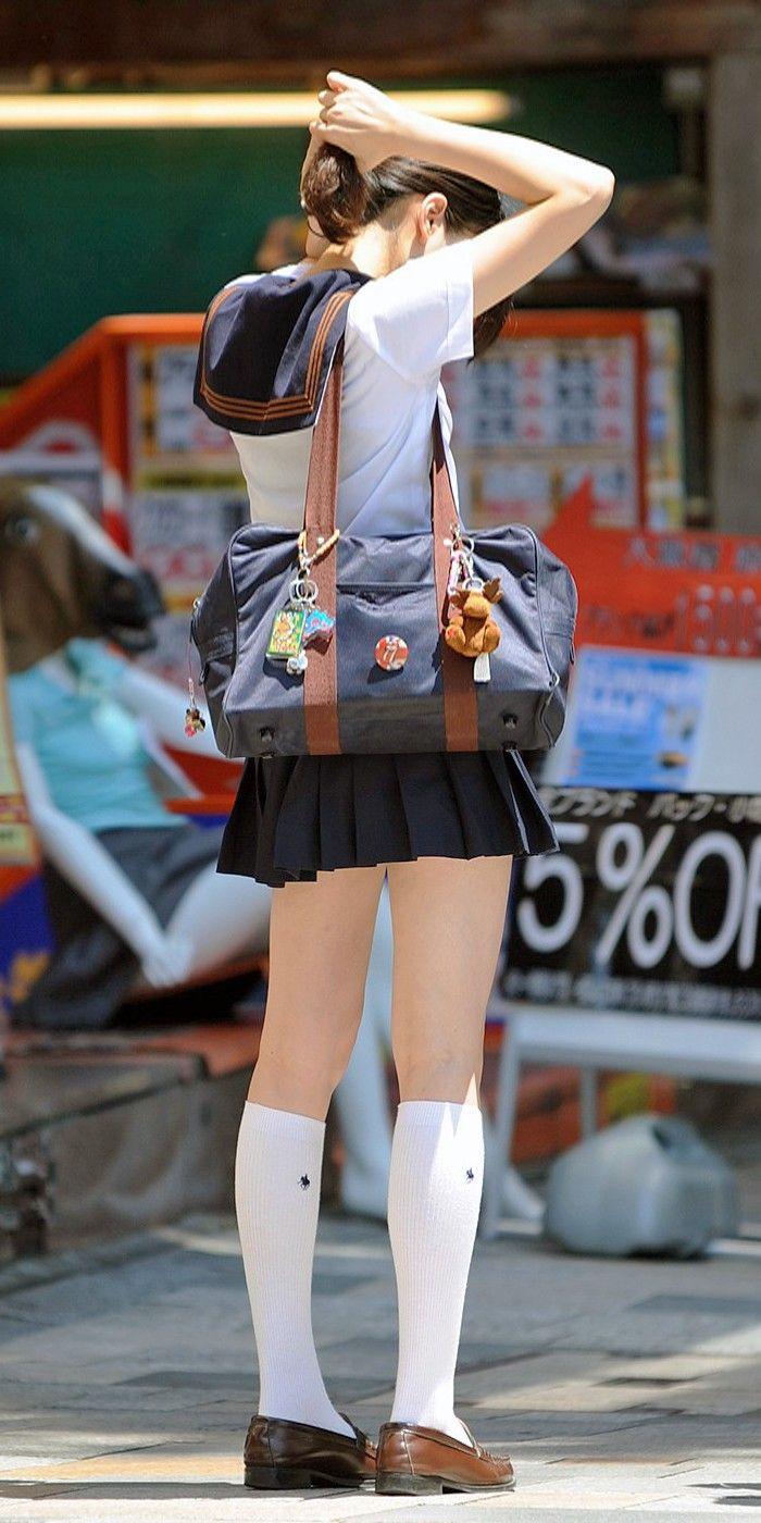 【街撮りミニスカ画像】丈がギリギリのミニスカはチラリを期待してついつい見てしまうよねwww 02