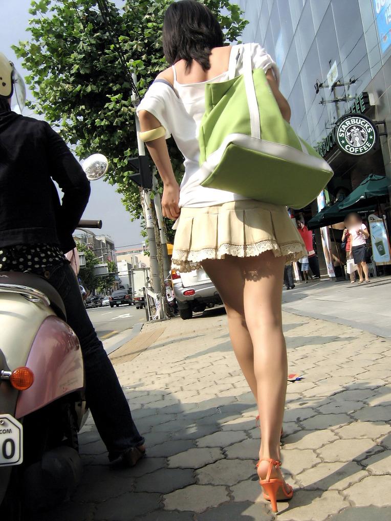【街撮りミニスカ画像】丈がギリギリのミニスカはチラリを期待してついつい見てしまうよねwww 03
