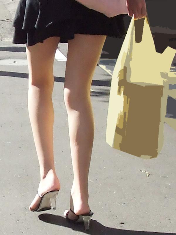 【街撮りミニスカ画像】丈がギリギリのミニスカはチラリを期待してついつい見てしまうよねwww 05