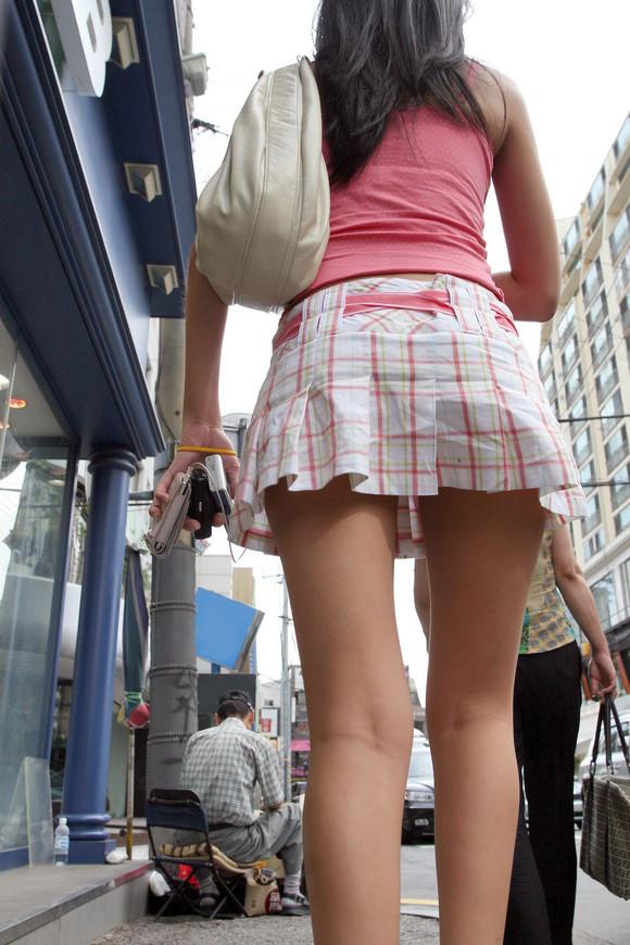 【街撮りミニスカ画像】丈がギリギリのミニスカはチラリを期待してついつい見てしまうよねwww 08