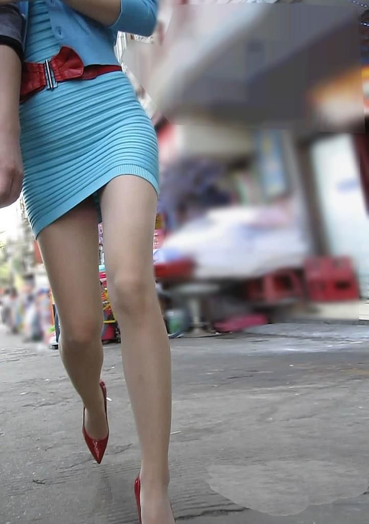 【街撮りミニスカ画像】丈がギリギリのミニスカはチラリを期待してついつい見てしまうよねwww 11