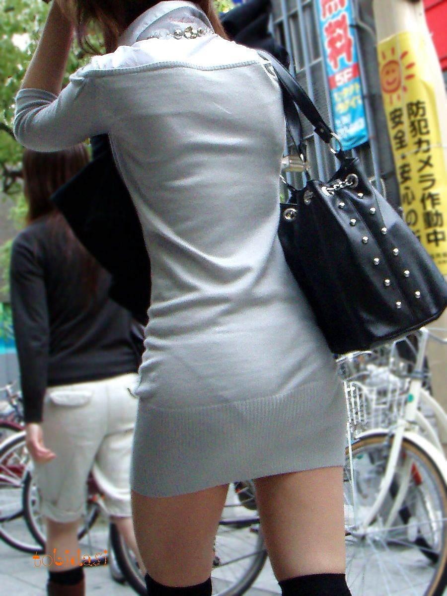 【街撮りミニスカ画像】丈がギリギリのミニスカはチラリを期待してついつい見てしまうよねwww 12