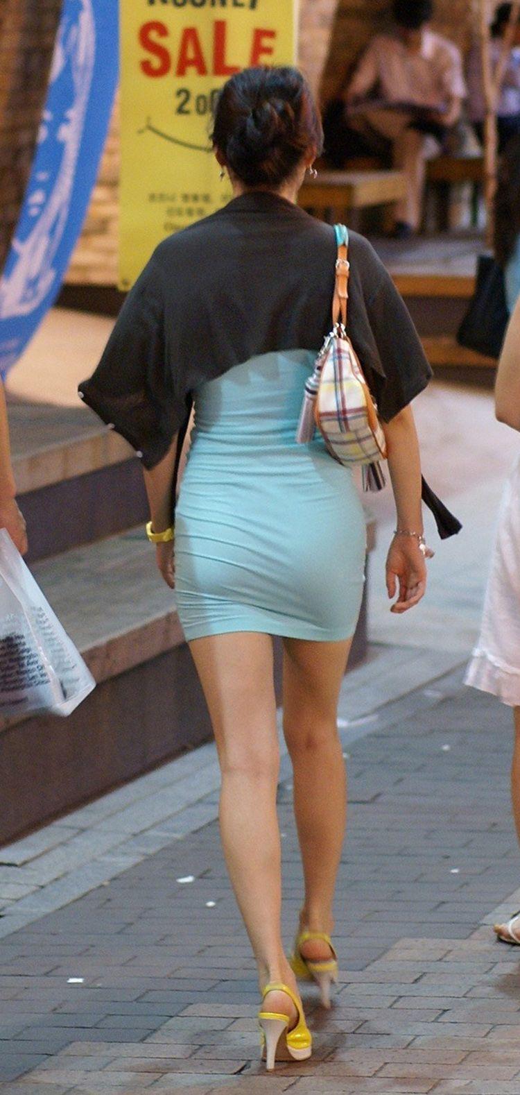 【街撮りミニスカ画像】丈がギリギリのミニスカはチラリを期待してついつい見てしまうよねwww 19