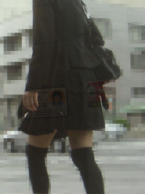 【絶対領域】太ももが僅かに見えてる状態が却ってエロいwww街撮りニーソ美脚(エロ画像) 02
