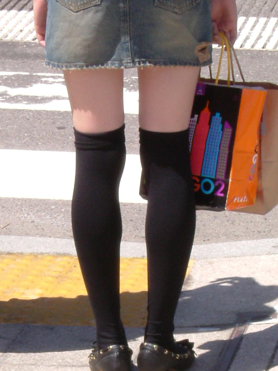 【絶対領域】太ももが僅かに見えてる状態が却ってエロいwww街撮りニーソ美脚(エロ画像) 07
