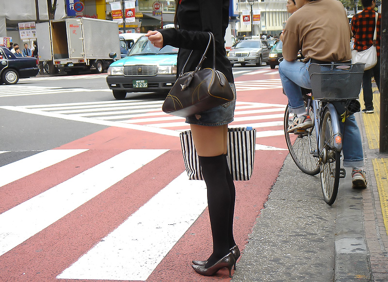【絶対領域】太ももが僅かに見えてる状態が却ってエロいwww街撮りニーソ美脚(エロ画像) 12
