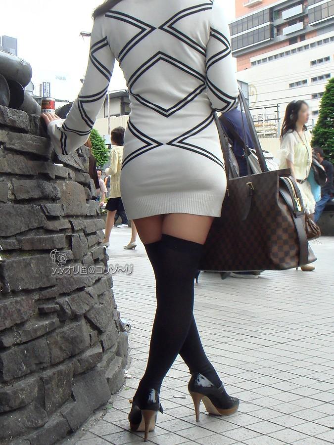 【絶対領域】太ももが僅かに見えてる状態が却ってエロいwww街撮りニーソ美脚(エロ画像) 16