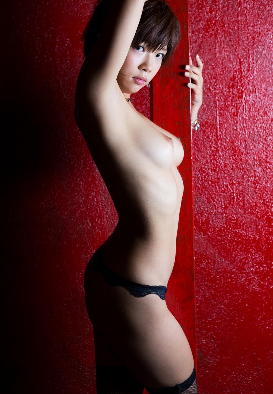 【横乳】おっぱいを横から見たら乳首の尖りと乳房の向きがよく判るよね(エロ画像) 10