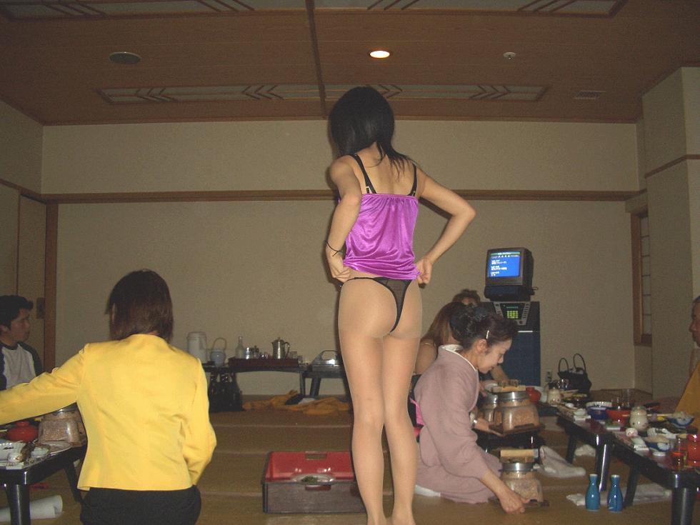 【素人痴態】地方の旅館でピンクコンパニオン呼んだらこんな遊びできますwww(エロ画像) 17