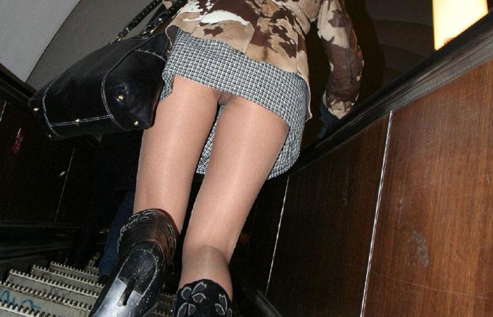 【パンチラ】上段にミニスカ見たら視線は斜め上www階段ローアングルパンチラ(エロ画像) 表紙
