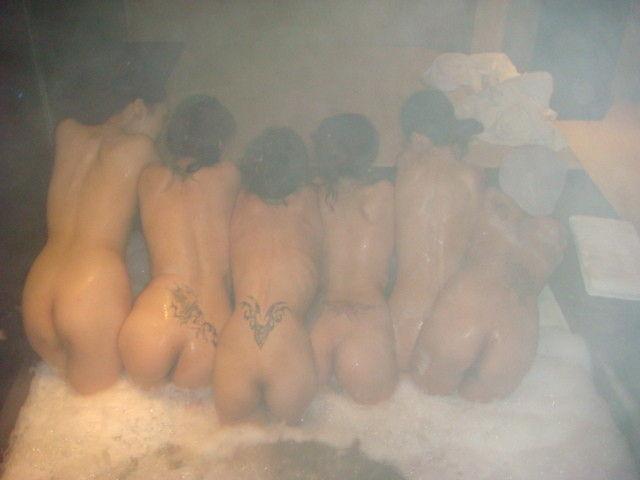 【集合写真】お嫁にいけませんw旅先のお風呂でエロノリ写真撮ってしまった人達(エロ画像) 01