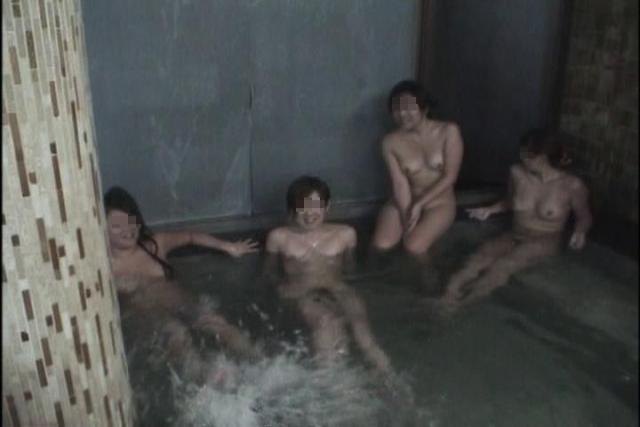 【集合写真】お嫁にいけませんw旅先のお風呂でエロノリ写真撮ってしまった人達(エロ画像) 09