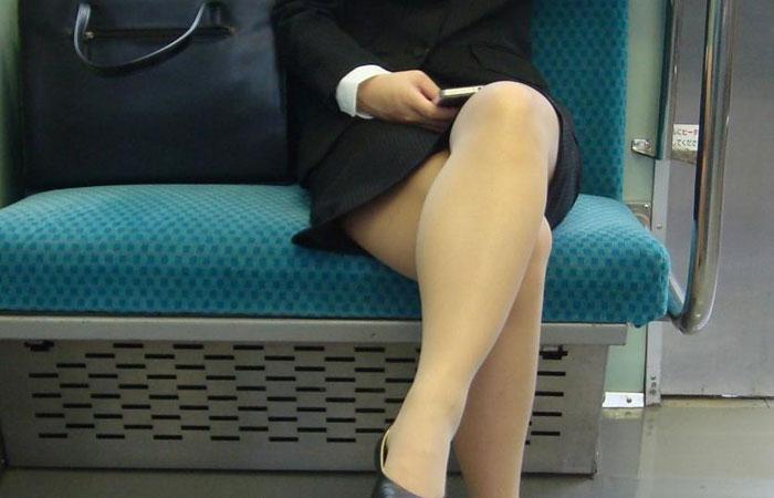 【リクスー女子】タイトスカートから覗く白脚たまらんw就活女子をエロ目線で眺める(エロ画像) 001