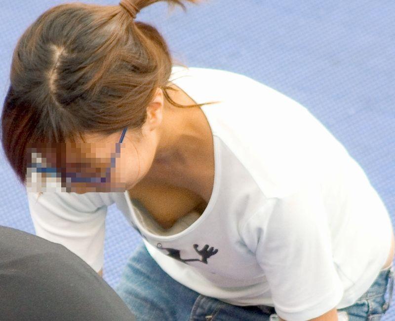 【ママの胸チラ】男なら萌えないはずがない、子持ちママの危ういというか見えてる胸チラ(エロ画像) 05