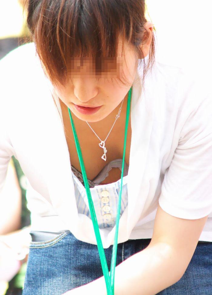 【ママの胸チラ】男なら萌えないはずがない、子持ちママの危ういというか見えてる胸チラ(エロ画像) 06