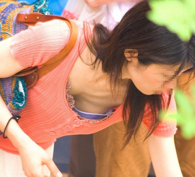 【ママの胸チラ】男なら萌えないはずがない、子持ちママの危ういというか見えてる胸チラ(エロ画像) 07